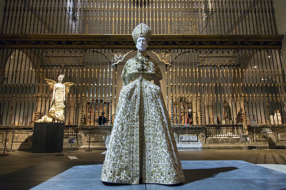 nebesnye-tela-moda-i-katolicheskoe-voobrazhenie